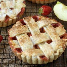 Deze appel-aardbeitaart is een topper van de de prille lente tot in de late herfst. Perfect bij een koffie! Uiteraard kies je voor fruit van eigen bodem.