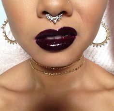 The Grungy style is so awesome! The dark lip, the gold and the fake nose piercing. Septum Piercing Jewelry, Face Piercings, Piercing Tattoo, Septum Ring, Septum Clicker, Body Piercing, Look Festival, Fake Nose, Body Mods