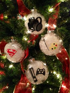 A photographer, superman lover, gamer and painter. DIY Christmas ornaments