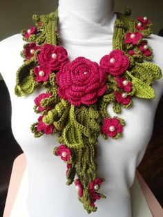 Miss Flor Croche very pretty. I would like to use this as a collar on a dress or shirt. Crochet Flower Scarf, Crochet Poppy, Freeform Crochet, Crochet Art, Crochet Scarves, Crochet Clothes, Crochet Flowers, Irish Crochet Patterns, Crochet Designs