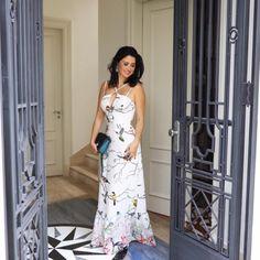 Look de Constanza Fernandez: vestido longo estampado de fundo branco da Maracujá! Nos pés, uma flatform prateada da Paula Torres. Elegant Dresses, Sexy Dresses, Dress Outfits, Cool Outfits, Prom Dresses, Summer Dresses, Fashion Vestidos, Vestidos Sexy, Vestido Casual