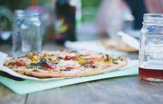 Coca Mallorca ist die Pizza Variante mit einem hauchdünnen knusprigen Hefeteig. Wir verraten, wo ihr die beste Coca in Palma essen könnt ...