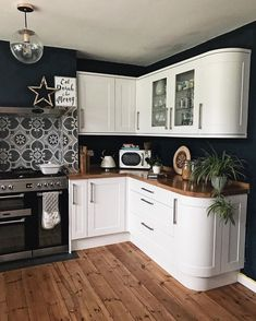 Witte keukenblokken met donkere muren White kitchen units with dark walls Witte keukenblokken met donkere muren Home Decor Kitchen, Interior Design Kitchen, Home Kitchens, Kitchen Ideas, White Kitchen Paint Ideas, Decorating Kitchen, Updated Kitchen, New Kitchen, Vintage Kitchen