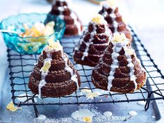 A little bit sweet and a little bit tart, these delicious spiced ginger and apple cakes are perfect for Christmas time. Serve them in place of pudding after the big meal if you like.