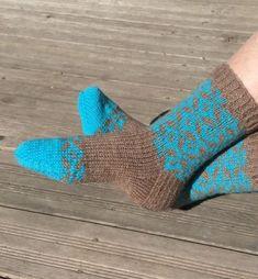 Kirjoneulesukat Novita 7 veljestä Slippers, Socks, Sewing, Knitting, Crochet, Fashion, Moda, Dressmaking, Couture