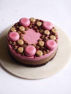 Chokoladekage med mørk chokolademousse og kirsebær Cake Decorating, Cookie, Food And Drink, Birthday Cake, Fancy, Healthy Recipes, Desserts, Cakes, Drinks