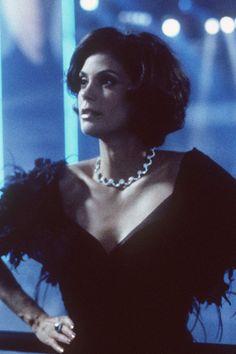 Terri Harcher est Paris Carver dans Demain ne meurt jamais en 1997.