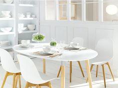 Comedor con sillas y mesa en blanco de estilo nórdico