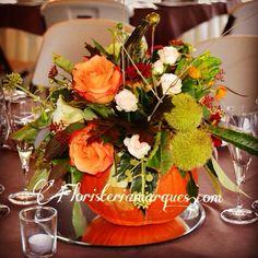 Centro de mesa otoñal realizado sobre una calabaza y con frutos otoñales , castañas , moras etc. De www.floristeriamarques.com