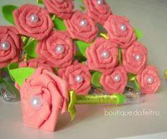 Caneta decorada passo a passo com rosa de feltro para lembrancinha do dia das mães, aprenda e faça canetas decoradas para as mais diversas ocasiões.