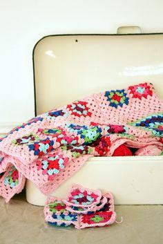 Crocheted throw and vintage enamelware bread bin  machteld-embroidery.blogspot.com/2010/12/blog-post.html вязалки