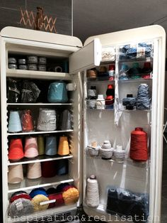 DIY yarn organization: repurposed old fridge for yarn storage. Diy Yarn Organizer, Yarn Organization, Vintage Refrigerator, Vintage Fridge, Small Fridges, Ideas Prácticas, Yarn Storage, Creative Decor, Creative Storage