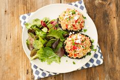 Pour dîner ou pour souper, essayez cette recette! Elle est parfaite pour le printemps! Avec la salade de quinoa, les noix de pin et le fromage féta, c'est totalement délicieux! Vous pouvez également utiliser du bouillon de légumes si vous désirez préparer une recette végétarienne.