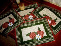 Tecido 100% algodão, nacionais e importados Com aplicações de maças e flor, com quilt. Tamanho: 50x35cm 4 peças