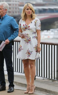 Holly Willoughby being careful in the wind by The Thames. Holly Willoughby Legs, Holly Willoughby Outfits, Day Dresses, Casual Dresses, Tv Girls, Sexy Legs And Heels, Blonde Women, Gorgeous Women, Beautiful