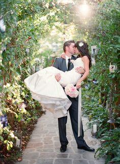 Испанцы говорят: «Поцелуй – это точка над и в слове любовь…» Нежные и страстные или те, что дарят друг другу невзначай, пожалуй, не одна свадьба не обходится без поцелуев, именно в такие моменты искренних проявлений эмоций и получаются самые лучшие свадебные фотографии.