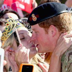 Pin for Later: Prinz Harry bekommt einen Kuss aufgedrückt