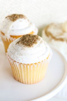 edible gold glitter on store bought cupcakes Sparkly Cupcakes, Yummy Cupcakes, Edible Gold Glitter, Glitter Projects, Party Cakes, Sweet Tooth, Sweet Treats, Yummy Food, Baking