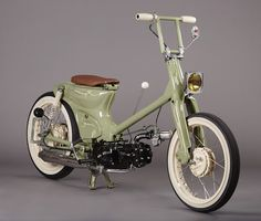 Clean custom from the States. The pretty girl and crisp. Honda Cub, Mini Chopper, Bobber Chopper, Hd Motorcycles, Vintage Motorcycles, Custom Moped, Custom Bikes, Honda Ruckus, Bobber Motorcycle