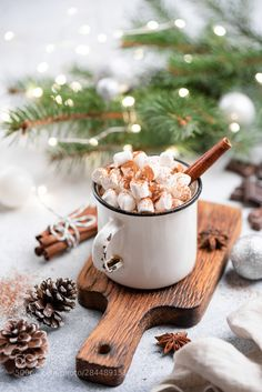 Christmas Hot Chocolate In Mug. Hot Chocolate with spices and marshmallows Café Chocolate, Christmas Hot Chocolate, Hot Chocolate With Marshmallows, Cozy Christmas, Christmas Time, Christmas Flatlay, Magical Christmas, Christmas Food Photography, Wallpaper Natal
