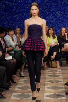Raf Simons at Dior - fall 2012 haute couture - strikingly modern Christian Dior Couture, Dior Haute Couture, Couture Mode, Style Couture, Couture Fashion, Dior Fashion, Fashion Week, Runway Fashion, Fashion Show
