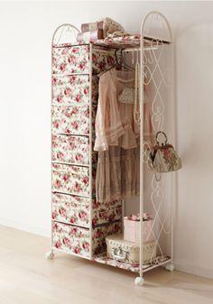Una estantería simple pero bien rellenada y ya tenemos un armario vintage de lo más chic