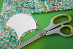clamshell tutorial, traditional english paper piecing method sorta.. but interesting way of using the shapes