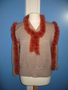 Trui  De trui heeft lussen zodat er een boa bevestigd kan worden, ook zonder te dragen Gebreid Polyesther Maat 42 Te koop of te huur