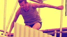 Che ci fa David Beckham, in underwear, sui tetti di Londra? http://tuttacronaca.wordpress.com/2013/10/02/beckham-resta-in-mutande-e-se-ne-va-a-spasso-sui-tetti/