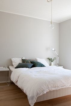 Clean and simple Grey Walls Living Room, Living Room Decor, Bedroom Decor, Scandinavian Style Home, House Inside, White Rooms, Bedroom Colors, Dream Bedroom, Room Inspiration