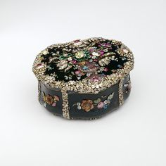 Snuffbox Krüger, Jean Guillaume George, born 1728 - died 1791.  Metalwork Jewellery Containers Material: silver, gold, glass, diamond, ruby, emerald, foil, hardstone, blood-stone by Krüger