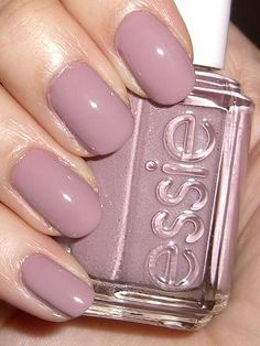 False nails have the advantage of offering a manicure worthy of the most advanced backstage and to hold longer than a simple nail polish. The problem is how to remove them without damaging your nails. Diy Nagellack, Nagellack Design, Hair And Nails, My Nails, Fall Nails, Winter Nails, Mauve Nails, Mauve Nail Polish, Pale Pink Nails