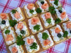 Krakersy z serkiem i wędzonym łososiem Party Snacks, Appetizers For Party, Appetizer Recipes, Food Design, Party Food Platters, Food Decoration, Appetisers, Raw Food Recipes, Lunch Recipes