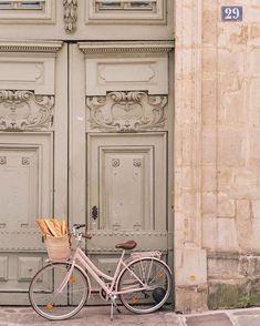 Soyons honnêtes, on va rarement acheter autant de baguettes dans un si beau vélo rose qu'on laisse sans l'attacher devant une porte d'immeuble… Le pire pourrait se produire : quelqu'un peut vous piquer vos baguettes ! Velo Paris, Paris Paris, Picture Wall, Photo Wall, Collage Mural, Images Murales, Photowall Ideas, Travel Photographie, Belle France