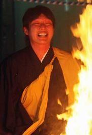 2009年 新井は炎を前に必死の表情(撮影・宮崎幸一)