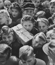 Hank Walker - Children with gifts from the Berlin Airlift, 1948 This Day in History: After 15 months and more than 250,000 flights, the Berlin Airlift ends on September 30, 1945. Repinned by www.gorara.com