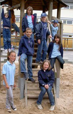 """Im Frühjahr 2008 wurde in der Schule im Kirchgarten die Schulkleidung eingeführt. Alle Kinder können auf freiwilliger Basis ein T-Shirt, Polo, Sweat oder verschiedene Jacken mit dem einheitlichen Logo tragen – müssen es aber nicht.    Unser Motto  """"Schule im Kirchgarten – Wir gehören zusammen""""  ist dem pädagogischen Leitziel der Schule entnommen und soll auf das Zusammenwirken von Kindern, Eltern und Lehrern hinweisen!  Ein kleiner Schritt zu einem großen Ziel: den Gemeinschaftssinn und das…"""