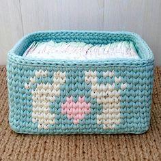 Lindo porta fraldas! Amei o desenho de pezinhos. Feito por @mama_viajet 💕 excelente sexta-feira a todos! . #Trapilho #fiosdemalha… Crochet Case, Crochet Bowl, Crochet Storage, Crochet Basket Pattern, Crochet Square Patterns, Crochet Teddy, Love Crochet, Crochet Flowers, Crochet Stitches