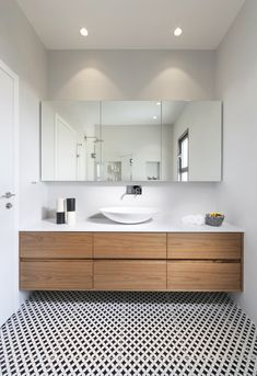 Small bathtub: inspiring models and photos - Home Fashion Trend Small Bathtub, Small Bathroom, Modern Bathroom Design, Bathroom Interior Design, Cottage Style Bathrooms, Bathroom Wallpaper, Bathroom Renos, Bathroom Colors, Bathroom Styling