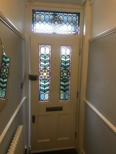 Amazing Victorian front door with floral leaded light glass. Victorian Front Doors, Victorian Porch, Edwardian House, Victorian London, Stained Glass Door, House Windows, Closed Doors, Glass Doors, House Front