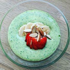 2 håndfulde spinat 1/2 frossen banan 1/2 kiwi  2 spsk. græsk yoghurt.. Det hele blev bare kørt i minihakkeren..