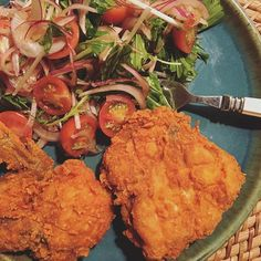 今朝の仕事前のコラム  GM hungry Tokyo and you. But this is the pic was taken last night.Lol I just made salad and got KFC hahaha.  BTW,Im in Setagaya Ward  for work today!  Let's do quick and perfectly👍🏻 and go to yummy lunch💋  #小料理屋京子 #KFC #salad #ケンタッキー  #ケンタ #サラダ  おはようおはよう、今朝は東京は世田谷に仕事に来ています、昨夜は暑かったですね、夫とクーラーも扇風機も無しで爆睡していましたが、サウナみたいに汗掻いて目覚め、やべ、死ぬ、行くぞー!って夫を階下に引きずり、居間でクーラーかけて安眠しましたよ。  そう、寝室のクーラー壊れたまま、三年経過。クーラーそんな好きじゃないから、まあ今まで普通に夏越えてきたけど、しかしあれだね、さすがに今年は面倒臭がらずに手配したいよね、こんな熱帯化じゃ、死んじゃう可能性出てきてるし、笑。…