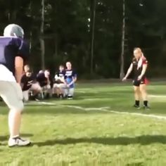 The way it should be done - Woman Rugby Player vs Male Football Player !Hugs and Pins Rugby Vs Football, Tackle Football, Female Football Player, Rugby Players, Football Players, Rugby Sport, College Football, Rugby Rules, Rugby Workout