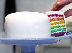 Så gör du en regnbågstårta! Johan Sörberg visar steg för steg i filmen hur du gör denna färgglada tårta.