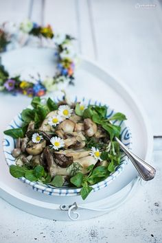 Wir lieben einfach klassische Rezepte: Schwammerl auf Vogerlsalat #gmundner #keramik #rezept #recipe #idee #blaugeflammt Mushroom Salad, Snacks, Salad Recipes, Stuffed Mushrooms, Menu, Pure Products, Ethnic Recipes, Food, Side Dishes