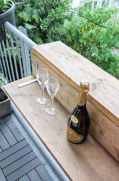 Maak je eigen balkontafel. DIY | YDEAS | Inspiratie. Een creatie die op elk balkon zou moeten staan: deze DIY balkontafel of balkonbar van steigerhout!