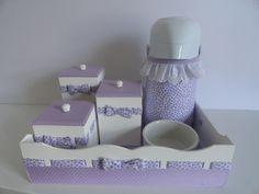 R$ 165,00 = Kit Higiene Patchwork Lilás (bandeja + 3 potinhos + garrafa + pote de cerâmica)