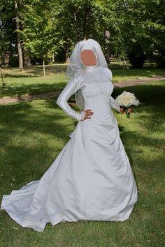 Robe de mariée en satin couleur ivoire taille 40 avec son jupon et son voile.