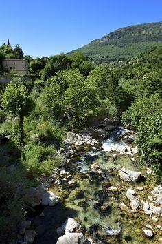 De la montagne de l'Audibergue jusqu'à Villeneuve-Loubet, le Loup dessine des paysages sublimes tels que la cascade du saut du Loup, et nous attire dans ses gorges profondes. #gorges #loup #cielbleu #mediterranee #audibergue #paysage #landscape #provence #detoursenfrance #ete #visitfrance #france #campagne #riviere #sud #suddelafrance #southoffrance
