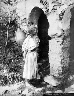 jeune femme kabyle à la fontaine